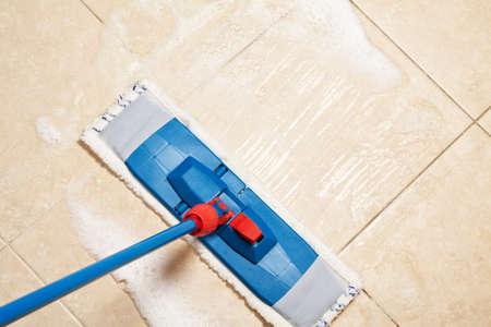 servicio domestico: Limpiar la casa con la fregona