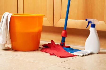 limpieza del hogar: Limpiar la casa con la fregona