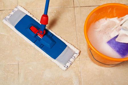 huis opruimen: Schoonmaak van het huis met de mop