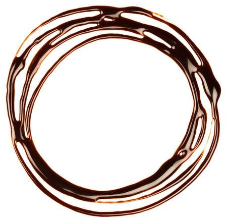 syrup: Jarabe de chocolate por goteo, el marco est� aislado en un fondo blanco Foto de archivo