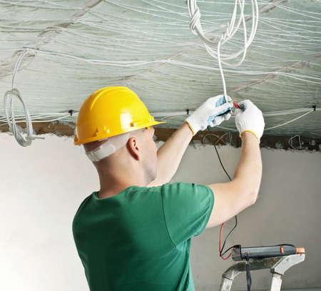 electricista: electricista con multímetro control de tensión Foto de archivo