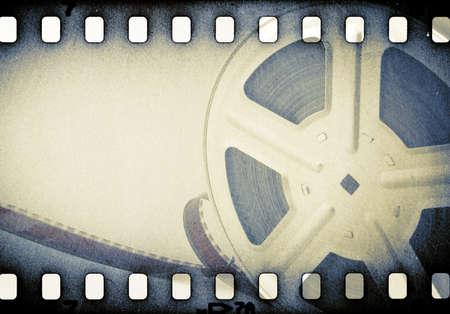 cinta de pelicula: Carrete de cine antiguo con la tira de película.