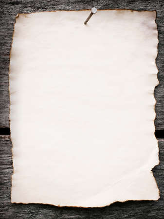Oud papier genageld aan een grunge houten achtergrond