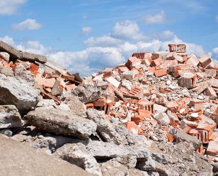 Derbis béton et brique gravats sur le site de construction