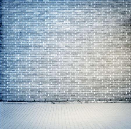 pared rota: Textura gris azul, pared de ladrillo con acera. Ilustración vectorial