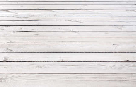 Grigio chiaro struttura in legno con pavimento in doghe orizzontali, tavolo, superficie della parete. Archivio Fotografico - 43558263