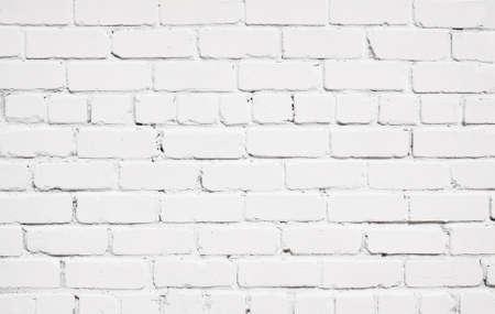 pared rota: Textura blanca de la pared de ladrillo con piso de madera.