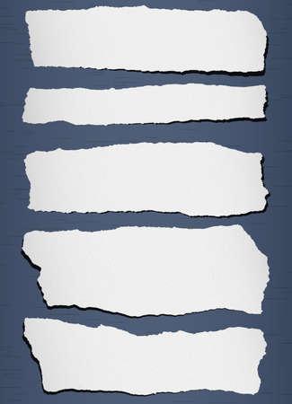 Gray papel granulado rasgado en el fondo azul.