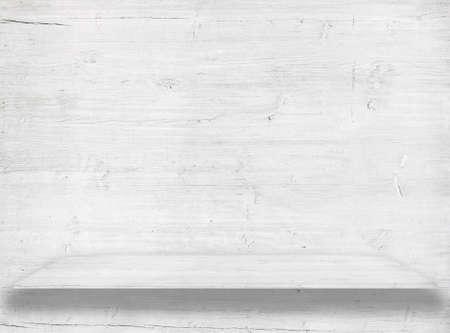 나무 선반이나 테이블 표면에 흰색 나무 벽.