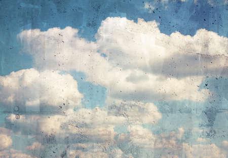 グランジの青い雲、コンクリート壁の空。