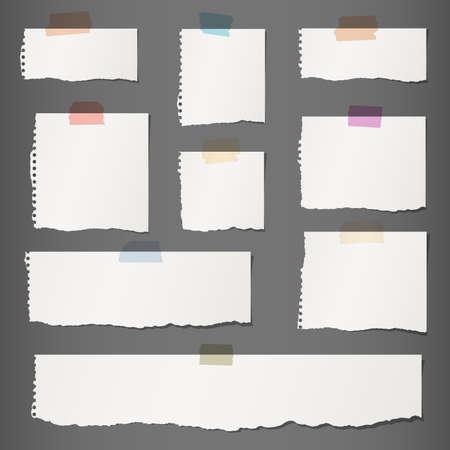 어두운 회색 배경에 다채로운 스티커 테이프 찢어진 흰색 빈 메모 용지의 조각입니다.