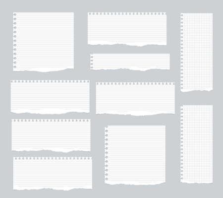 Stukken van gescheurde wit gevoerd, kwadraat laptop papier geplakt op een grijze achtergrond.