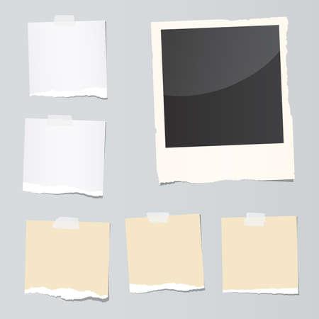 찢어 참고 종이 조각과 즉석 필름 세트 회색 배경에 붙어있다. 일러스트