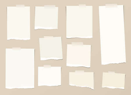 Trozos de papel rasgado nota de color marrón claro con el pegamento, cinta adhesiva están atrapados en el fondo.