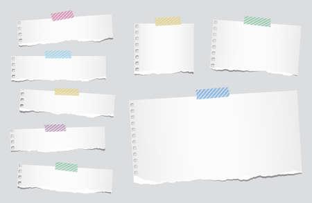 Stukken van geripte witte blanco papier notebook zitten met gestreepte plakband op een grijze achtergrond.