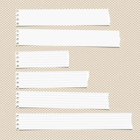 blatt: Weiß regiert horizontal zerrissene Notiz, Notizbuch, Schreibheft Papierblätter auf braunem squared Muster stecken.