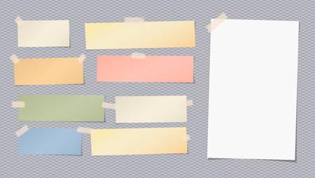 Bianco, nota in bianco colorato, taccuino, foglio di quaderno incollato con nastro adesivo su sfondo grigio quadrato Archivio Fotografico - 77501578