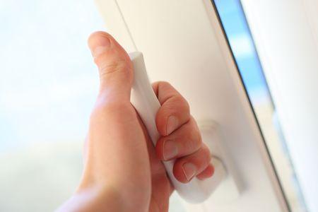 manejar: La mano humana se abre una puerta