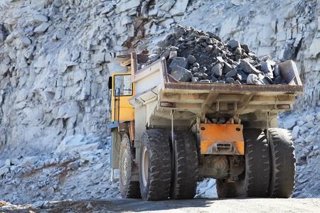 mining truck: Camión de la minería a cielo abierto en la industria de los minerales