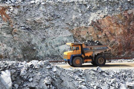 mining truck: Camión de minería a cielo abierto en la industria Minerales