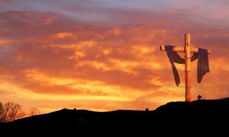 resurrecci�n: Cruz de madera en contra de la salida del sol las nubes