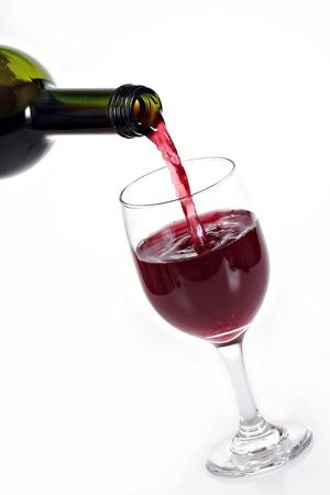 wine pouring: Vino rosso su sfondo bianco versando  Archivio Fotografico