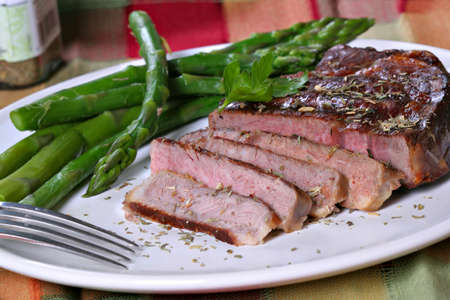 Juicy Tender Grilled Beef Ribeye with Asparagus and Herb Seasoning Imagens