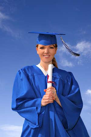 licenciatura: Mujeres j�venes estudiantes universitarios, Hoding certificado de graduaci�n  Foto de archivo
