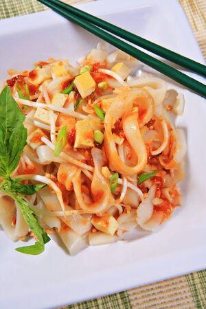 tofu pad thai vegetarisch gerecht met pinda's, groene ui; basilicum, tauge