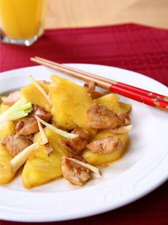 Zuidelijk China keuken, roerbak kip met ananas, groene ui, gember Root saus