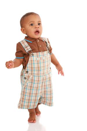 ni�o parado: Un a�o de edad Baby Boy Permanente Hablar sobre fondo blanco