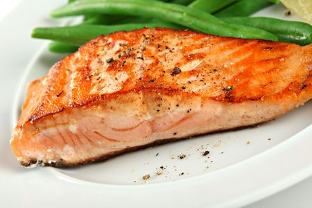 Closeup of Grilled Salmon Fellet with Green Beans Plate Imagens