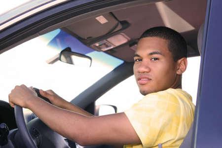 hombre conduciendo: Young Smiling Male afroamericano, conducir un autom�vil