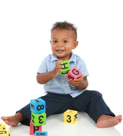 playing with baby: Adorabile One Year Old Boy afroamericano, giocare gioco isolato Archivio Fotografico