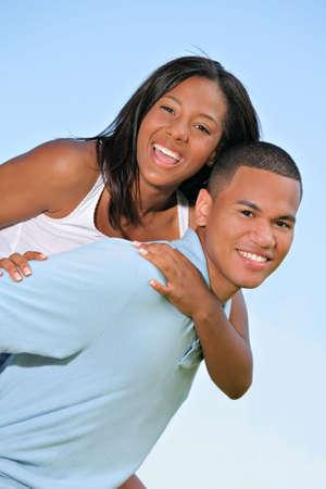 couple afro americain: Heureux jeune couple noire am�ricaine rire Outdoor