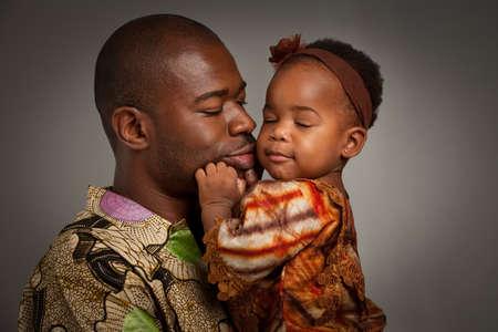 padre e hija: Feliz padre americano africano Holding Baby Girl Retrato aislado en el fondo gris