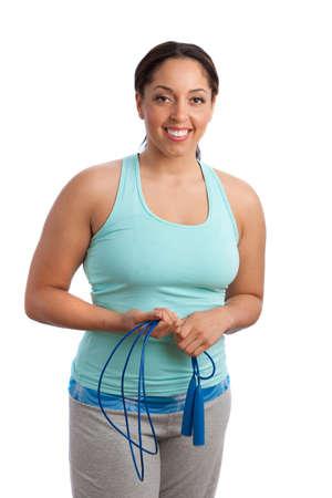 mujeres gordas: Adem�s de tama�o Fitness modelo femenino con salto de cuerda aisladas sobre fondo blanco