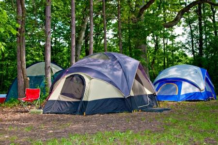 campamento: Camping carpas de camping durante el d�a en el bosque