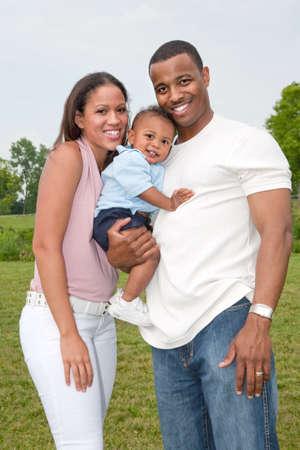 garcon africain: Heureuse famille afro-am�ricaine en plein air en �t� ensoleill�