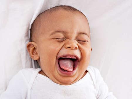 lachendes gesicht: gl�cklich gro�en lachenden 7-Monate alten Afroamerikaner-Baby
