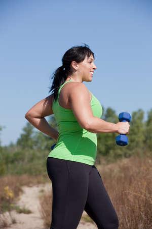 sobre peso: Además de tamaño femenina ejercicio al aire libre sonrisa feliz bajo el soleado cielo azul Foto de archivo