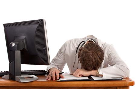 agotado: El sue�o de Estudiantes de Medicina delante de la computadora aislados Foto de archivo