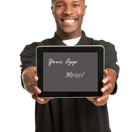 hombres negros: Riendo hombre joven afroamericano celebración de un panel de control táctil de Tablet PC en el fondo blanco aisladas Foto de archivo