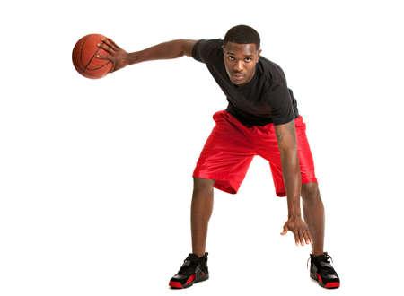 basket ball: Joven Negro Estudiante Universitario jugando baloncesto en el fondo blanco aisladas