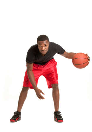 garcon africain: Jeune College Student Noir Jouer Basket Ball sur fond blanc isolé