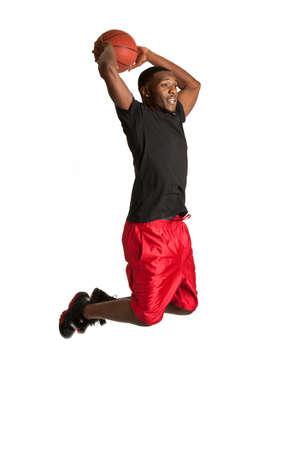 hombre deportista: Joven Negro Estudiante Universitario jugando baloncesto en el fondo blanco aisladas