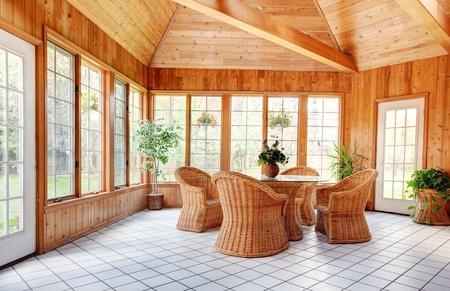 muebles de madera: Dom madera pared de la sala interior con muebles de mimbre natural, suelo de baldosas de cerámica