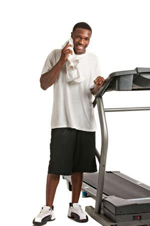 get ready: Giovane e sano African American Get Ready da Treadmill isolato su sfondo bianco