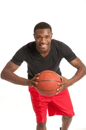 garcon africain: Jeune College Student Noir jouait au basket sur fond blanc isolé Banque d'images