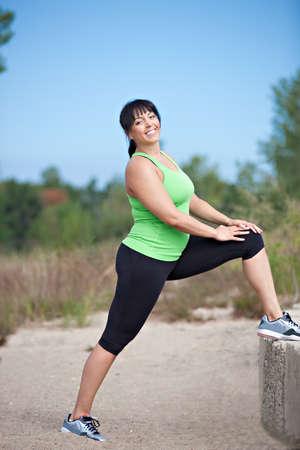 sobre peso: Tallas Mujer Stretch Ejercicio al aire libre bajo el cielo azul nublado